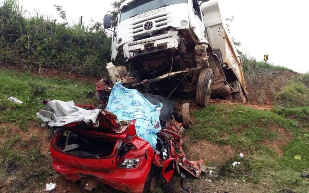 Acidente entre carro e caminhão mata três pessoas em Corumbaíba, Goiás — Foto: Corpo de Bombeiros/Divulgação