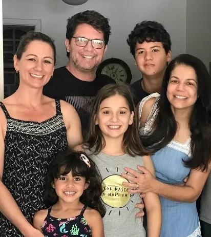 Nivea Stelmann com o ex-marido, Mario Frias, a mulher dele, Juliana, e os filhos (Foto: Reprodução)