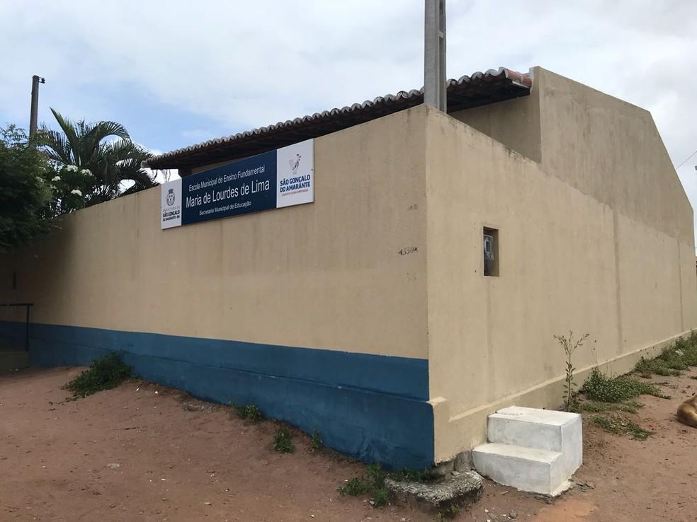 Assassino teria pulado o muro da Escola Municipal Maria de Lourdes e executado Davi da Silva (Foto: Kleber Teixeira/Inter TV Cabugi)