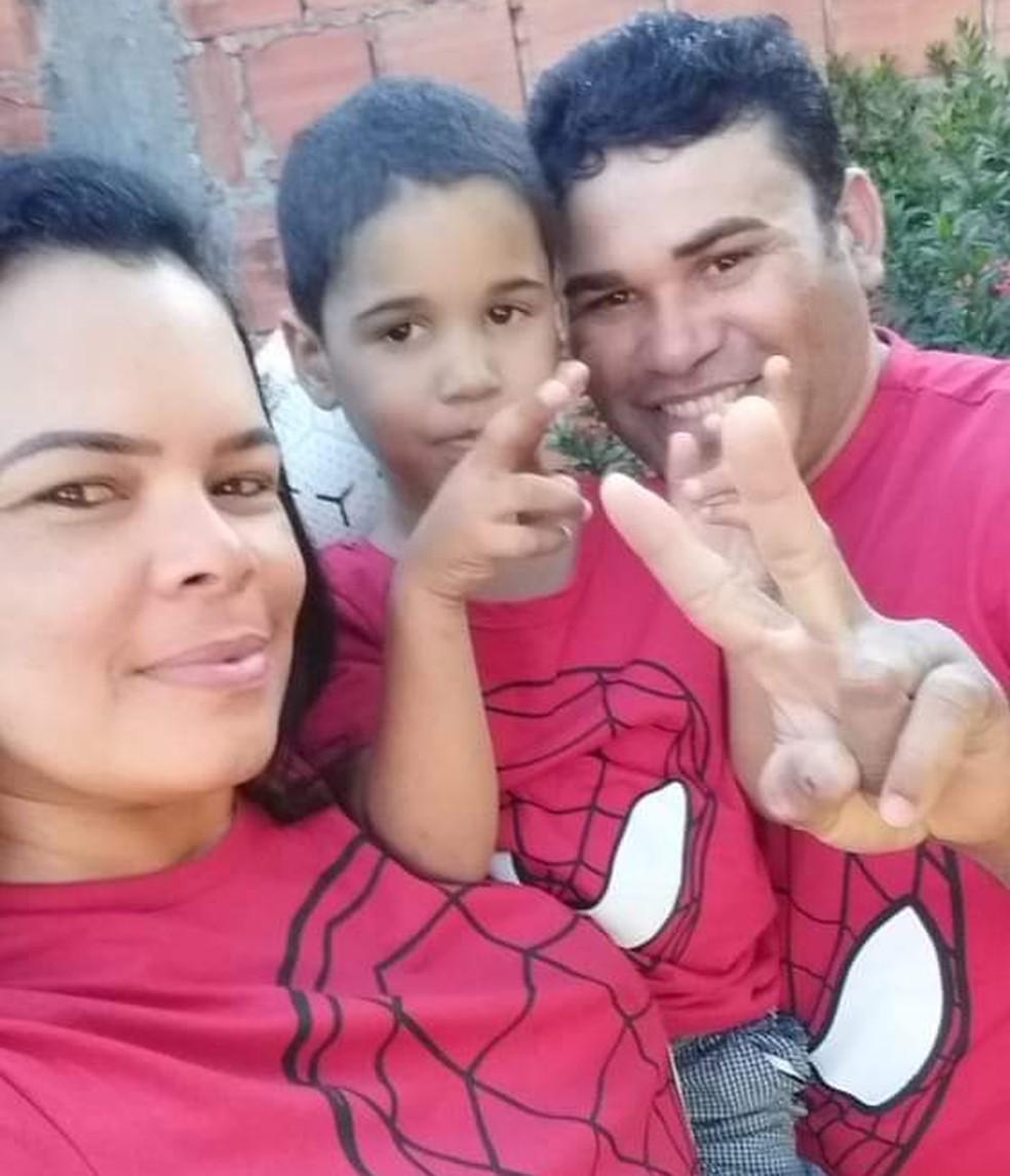Daniel Augusto Costa com a madrasta e o pai — Foto: Arquivo pessoal