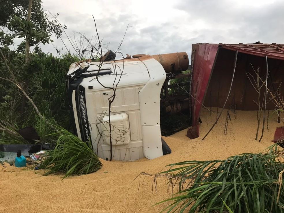 Soja ficou espalhada durante acidente (Foto: PRF/Divulgação)