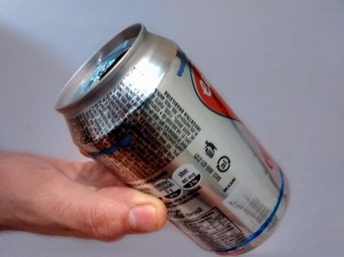 Traço na extremidade da lata com abertura (Foto: Reprodução/Raquel Freire)