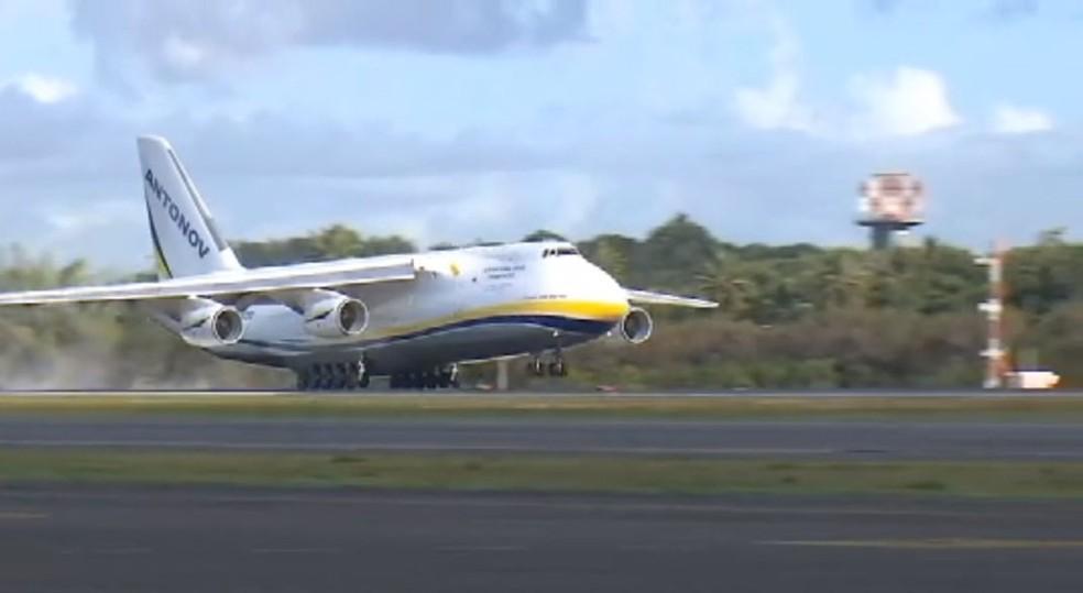 Momentos em que segundo maior avião de carga do mundo pousou em Salvador — Foto: Reprodução/TV Bahia