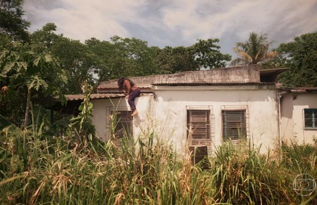 Regina Casé contou que dispensou o uso de dublês para gravar a cena em que Lurdes escapou do cativeiro (Foto: Reprodução)