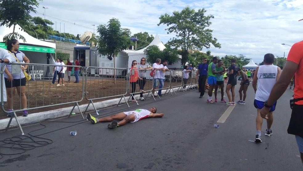 Cansado, atleta deita no chão ao fim da corrida — Foto: Mariane Xavier/ TVCA