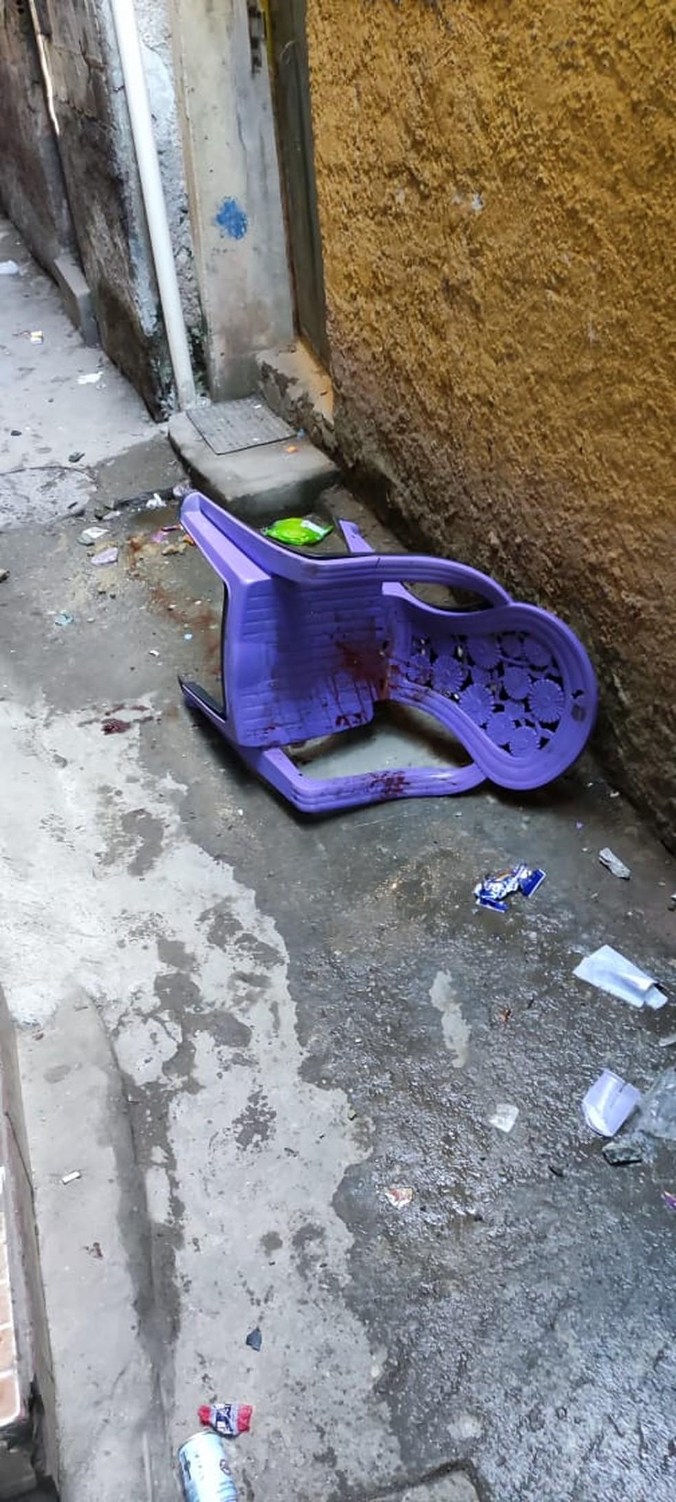 Cadeira vazia e com sangue onde homem estava — Foto: Redes Sociais