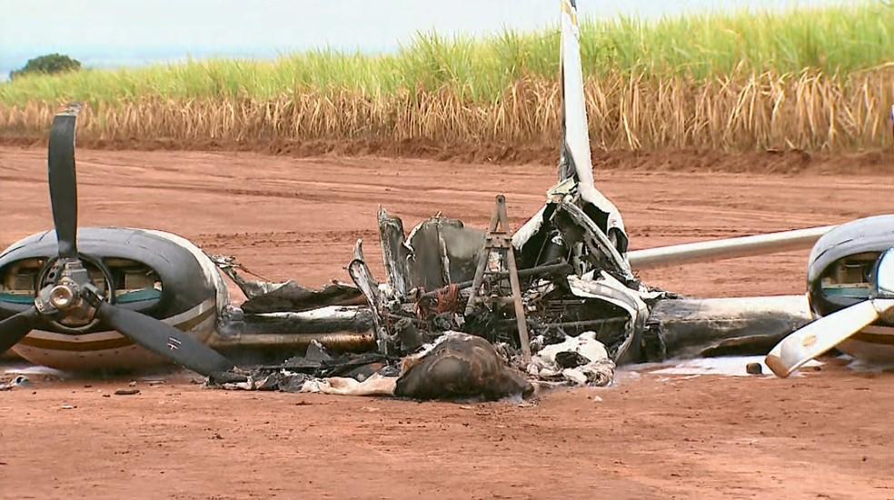 Avião biomotor foi destruído por incêndio em Barretos, SP (Foto: Reprodução/EPTV)