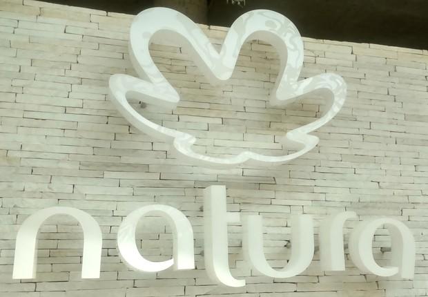 Logo da Natura na fachada da fábrica da empresa de cosméticos em São Paulo (Foto: Reprodução/YouTube)