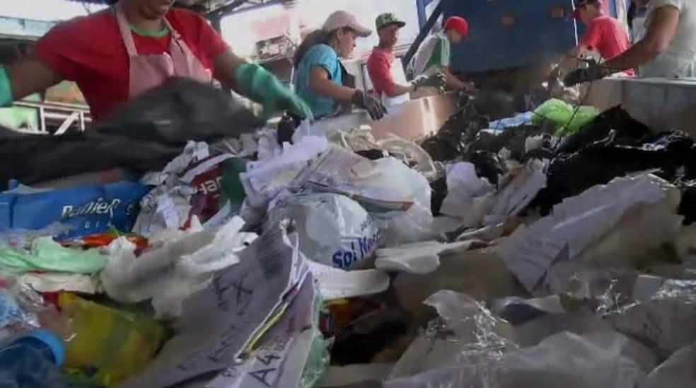 Criança estava em sacola de lixo e foi encontrada por equipe de triagem de lixo  (Foto: TV Vanguarda/ Arquivo)