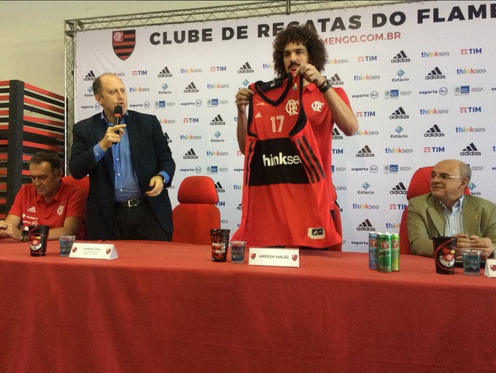 Anderson Varejão vestirá a camisa 17 do Flamengo (Foto: Twitter/Time Flamengo)