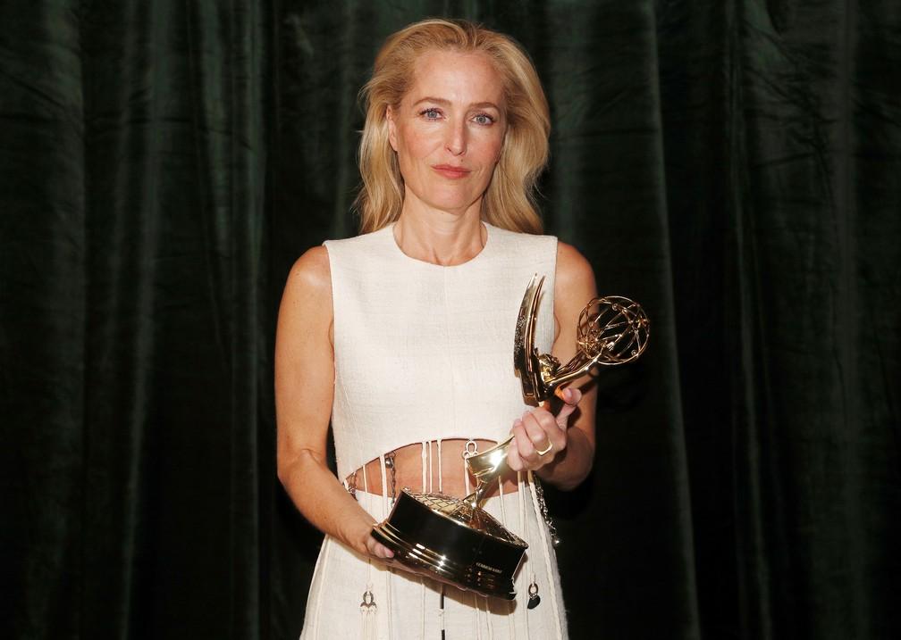 Gillian Anderson mostra o prêmio que ganhou no Emmy 2021 — Foto: Peter Nicholls/Reuters