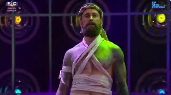 Raul Meireles dá show ao interpretar cantor português em programa de TV  7880c05eeddd4
