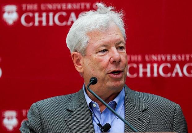 O economista norte-americano Richard Thaler fala com jornalistas após anúncio do prêmio Nobel de Economia (Foto: Tannen Maury/EFE)