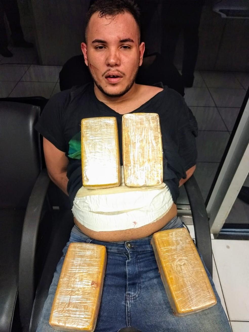 Jair Dorileo Neto foi preso com droga enfaixada no abdômen; ele confessou que levaria a droga para o Rio de Janeiro — Foto: Polícia Militar de Várzea Grande