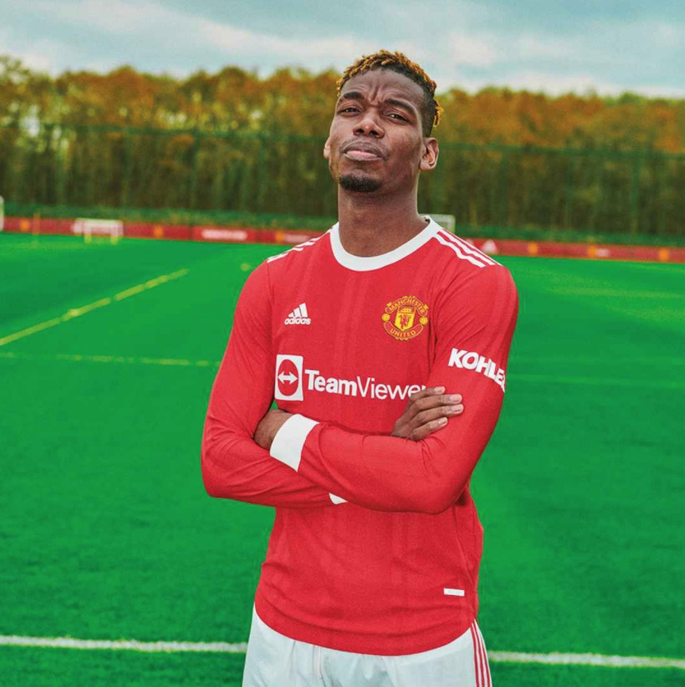 Paul Pogba posa para foto com o novo uniforme do Manchester United — Foto: Divulgação / Manchester United