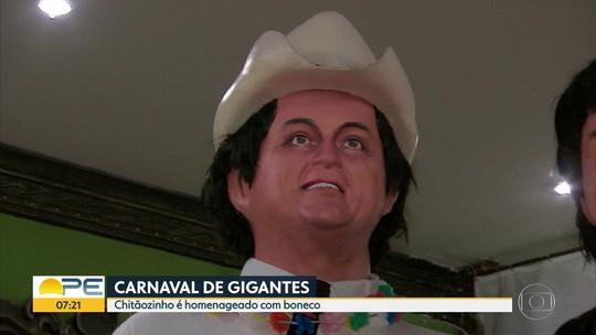 Chitãozinho prestigia o próprio boneco gigante durante o carnaval do Recife