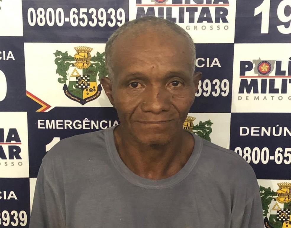 Homem tentou pular o muro do quintal da casa dele para fugir da polícia — Foto: PM-MT/ Divulgação