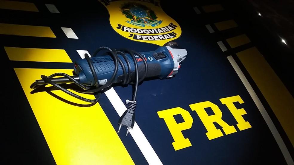 Esmerilhadeira foi encontrada com os presos em um dos veículos; ferramenta costuma ser usada para arrombar caixas eletrônicos — Foto: Divulgação/PRF