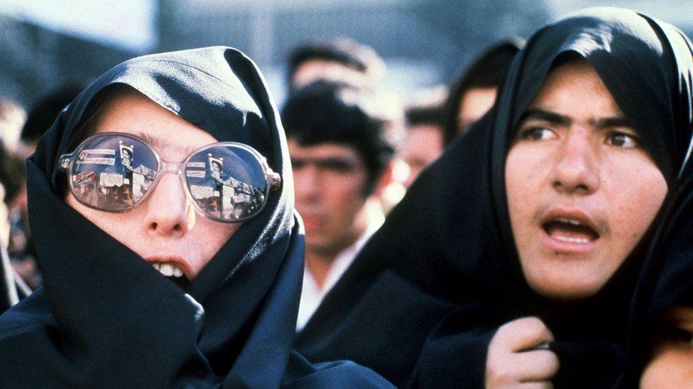 Protesto fora da embaixada dos EUA em Teerã em 1979 (Foto: Getty Images via BBC News)