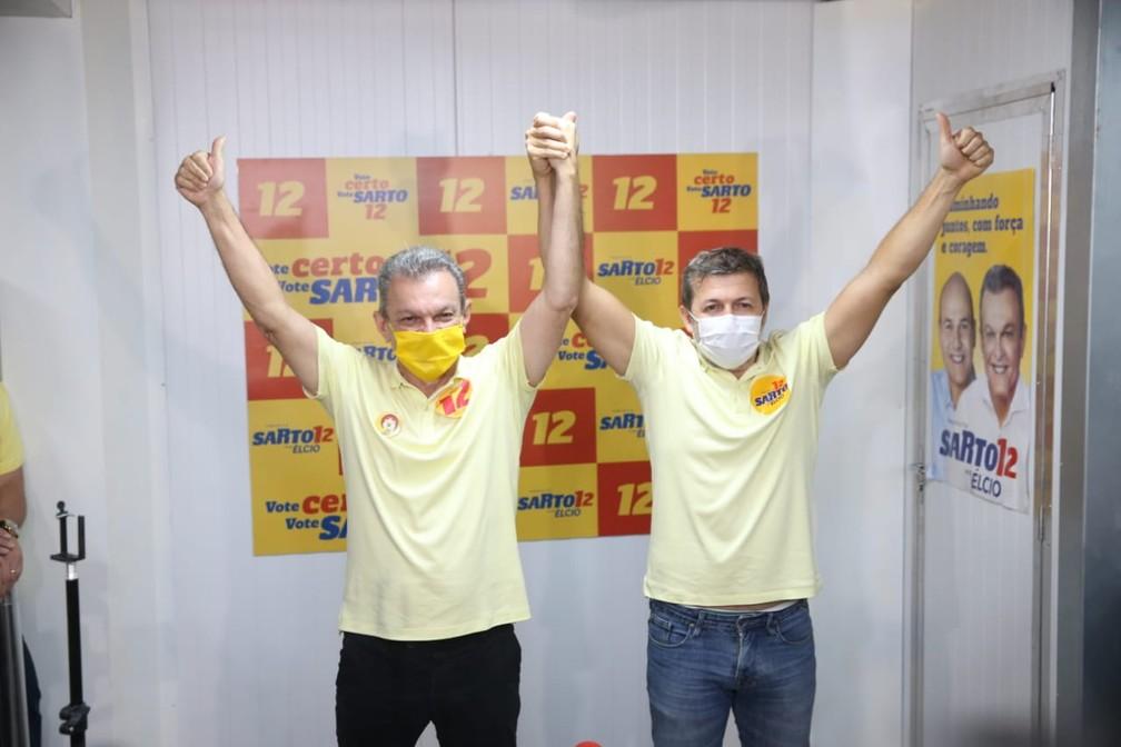 Sarto e o vice-prefeito eleito de Fortaleza, Élcio Batista, comemoram vitória na capital cearense — Foto: Helene Santos/SVM