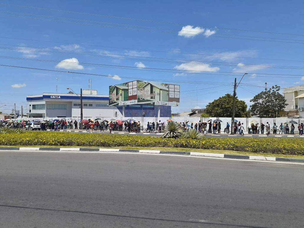 Fila por informações do auxílio emergencial vira quarteirão e causa aglomeração em Boa Vista