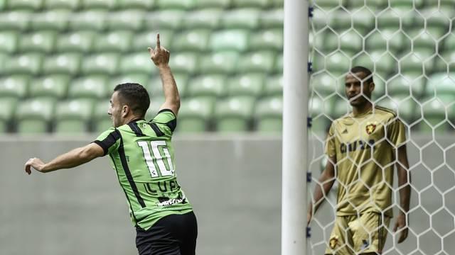 Serginho comemora gol em cima do Sport, na estreia do Coelho na Série A