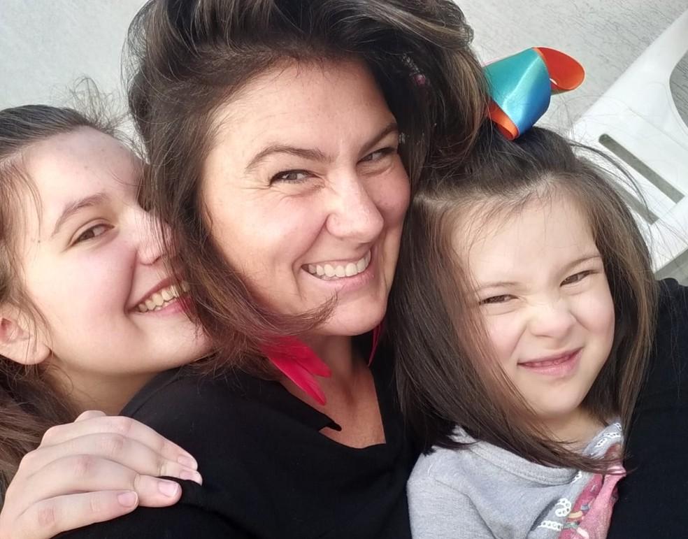 Marjori Ritter Von Jelita, mãe de uma menina de 4 e outra de 14 anos em Curitiba, teme pela saúde das meninas caso seja preciso voltar às aulas presenciais: 'Não fico à vontade de mandá-las [para a escola', afirma. — Foto: Arquivo Pessoal