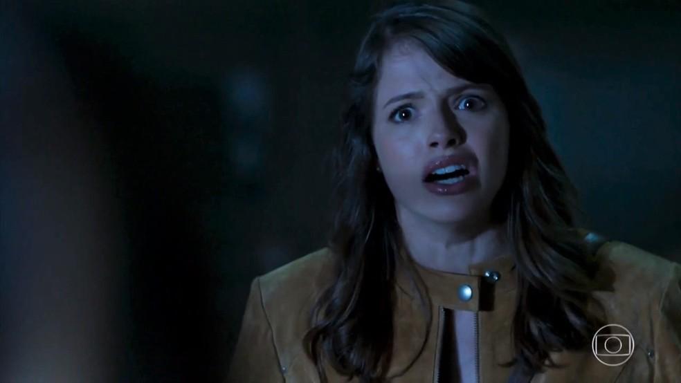 Camila (Agatha Moreira) se choca ao descobrir que Bruna (Fernanda Vasconcellos) explodiu o Grand Bazzar - 'Haja Coração' — Foto: Globo