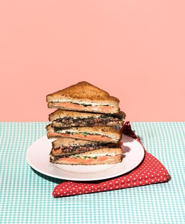 Finger sanduíche de salmão defumado com molho de limão-siciliano e dill  (Foto: Iara Venanzi / Editora Globo)