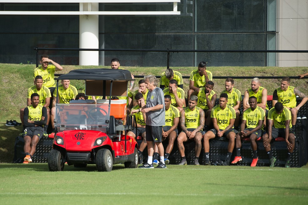 Didático, Jorge Jesus dá orientações aos jogadores do Flamengo durante treino — Foto: Alexandre Vidal/Flamengo