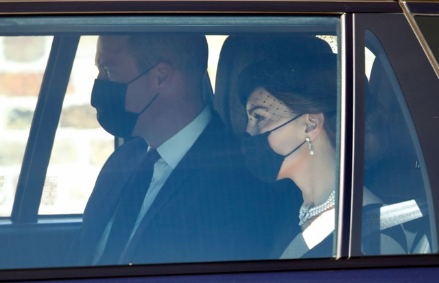 WINDSOR, UNITED KINGDOM - APRIL 17: (EMBARGOED FOR PUBLICATION IN UK NEWSPAPERS UNTIL 24 HOURS AFTER CREATE DATE AND TIME) Prince William, Duke of Cambridge and Catherine, Duchess of Cambridge arrive at Windsor Castle to attend the funeral of Prince Phili (Foto: Getty Images)