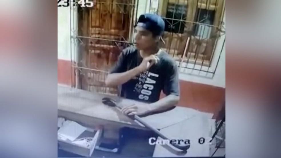 Suspeito foi visto através de câmeras de segurança com arma utilizada no crime — Foto: Reprodução/Câmeras de segurança