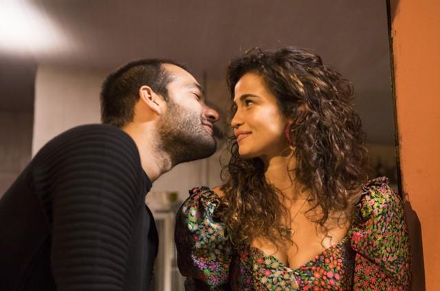 Sandro (Humberto Carrão) e Érica (Nanda Costa) vão se beijar em 'Amor de mãe' (Foto: João Miguel Júnior/Divulgação)