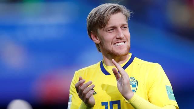 Emil Forsberg, autor do gol da Suécia sobre a Suíça, aplaude a torcida