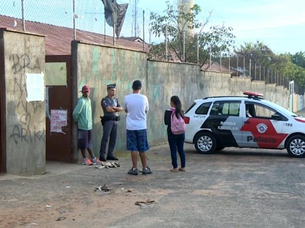 Polícia permaneceu na frente da escola Carlos Alberto Galhiego após desocupação, em Campinas (Foto: Márcio Silveira / EPTV)