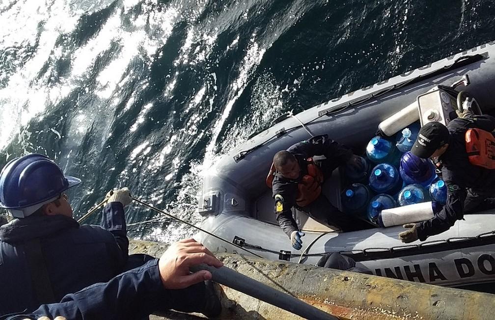 Equipe da Marinha forneceu água e alimento para pescadores cearenses que haviam se perdido no mar — Foto: Marinha do Brasil/Divulgação