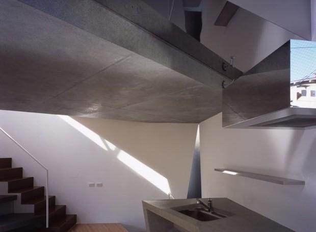 Armários e partes da parede são espelhadas criando uma certa ilusão de ótica na arquitetura (Foto: Makoto Yoshida/ Atelier Tekuto/ Reprodução)