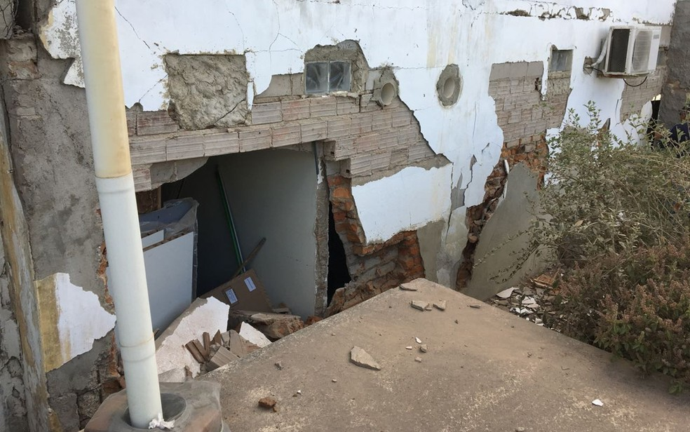 Explosão em Puxinanã comprometeu estrutura da casa de vizinha (Foto: Felipe Vatentim/TV Paraíba)