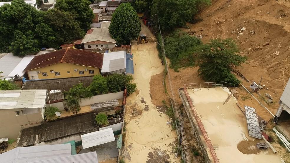 Rua no bairro Novo Aleixo ficou tomada pelo barro após chuva em Manaus — Foto: Carlos Eduardo/Rede Amazônica