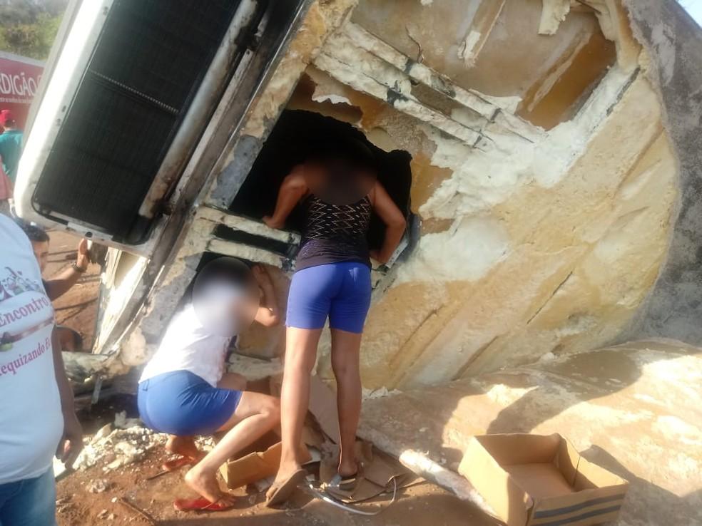 Carga de carne foi saqueada (Foto: Cristiano Gomes/ TVCA)