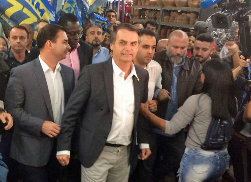 O candidato do PSL à Presidência, Jair Bolsonaro, faz campanha em mercado no Rio de Janeiro (Foto: Raoni Silva/G1)