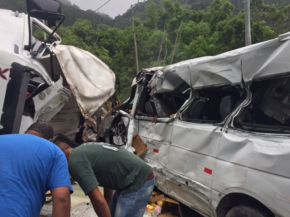 Acidente entre caminhão, van e carro deixa feridos na Tamoios em Caraguatatuba — Foto: Flávio Peres/ Arquivo Pessoal