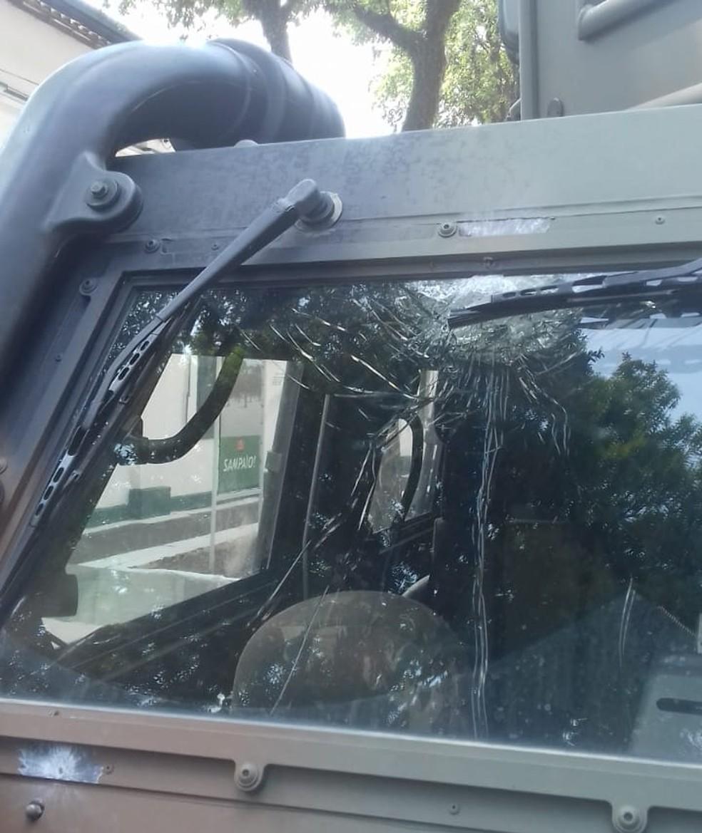 Viaturas do Exército foram atingidas por tiros pela manhã — Foto: Divulgação/Comando Militar do Leste
