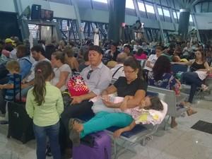 Passageiros estão entrando na sala de embarque, mas não há previsão de normalização dos voos após paralisação no Aeroporto dos Guararapes, no Recife (Foto: Danilo César/ TV Glovo)