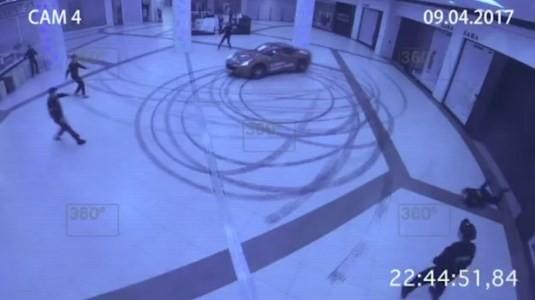 Ferrari faz círculos no átrio de shopping em Moscou