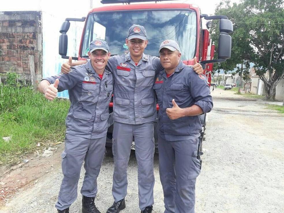 Bombeiros que auxiliaram no parto dentro de residência, em Peruíbe, SP (Foto: Divulgação/Comunicação Social do Corpo de Bombeiros)