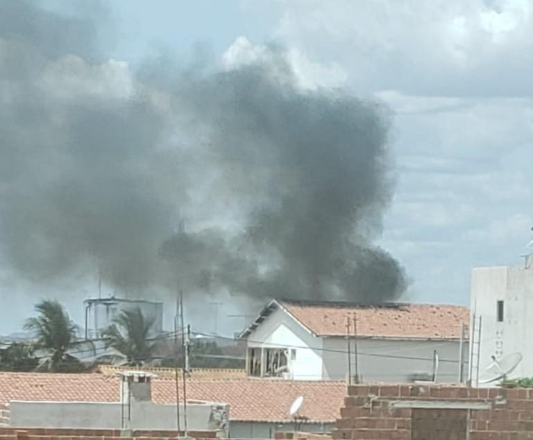 Incêndio atinge sala de prédio da Secretaria de Saúde de Jaguaribe, no Ceará; vídeo