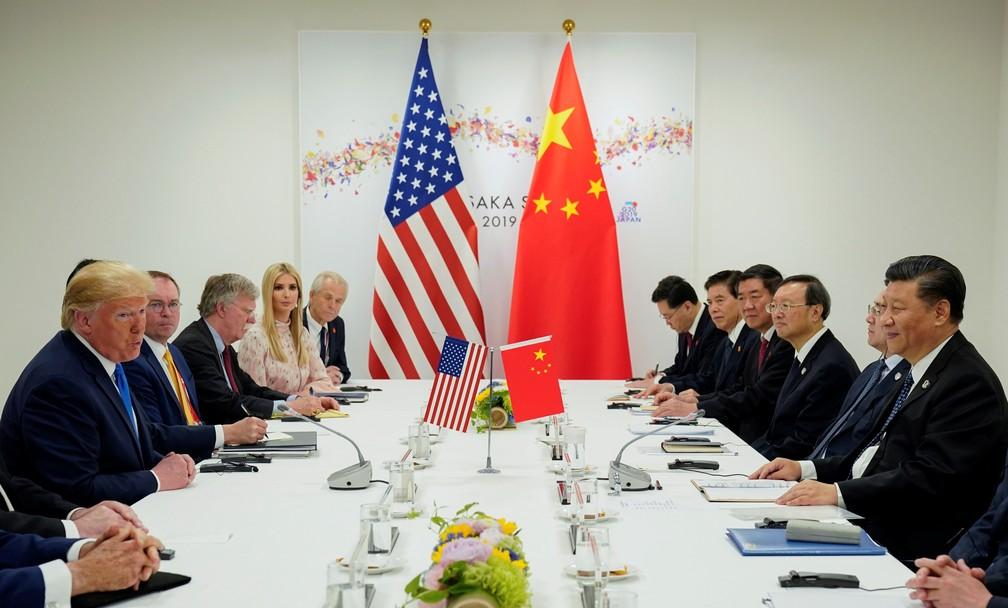 O presidente dos EUA, Donald Trump, se reúne com o presidente da China, Xi Jinping, no início de sua reunião bilateral na cúpula dos líderes do G20 em Osaka, Japão — Foto: Kevin Lamarque/Reuters