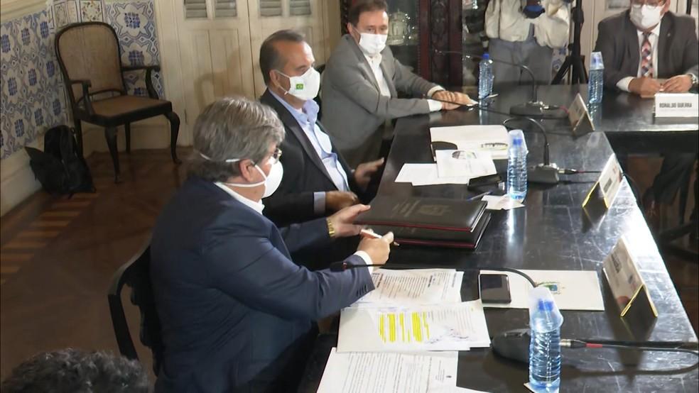 Ministro Rogério Marinho com o governador paraibano João Azevêdo — Foto: TV Cabo Branco/Reprodução