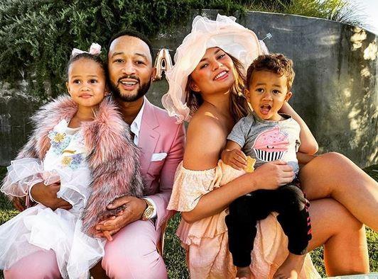 John Legend e Chrissy Teigen com seus dois filhos: Luna e Miles (Foto: Instagram)